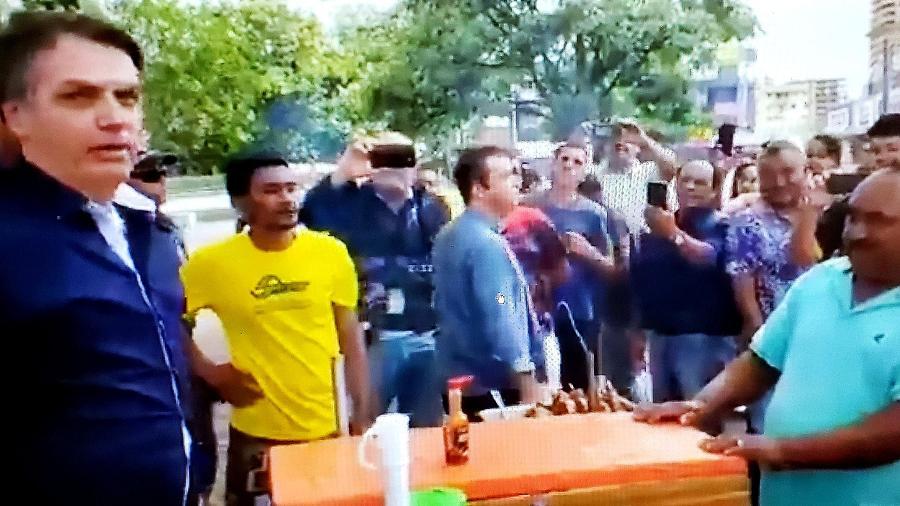 O presidente Jair Bolsonaro causou aglomeração nas ruas do DF, neste domingo (29)  -  reprodução/Twitter