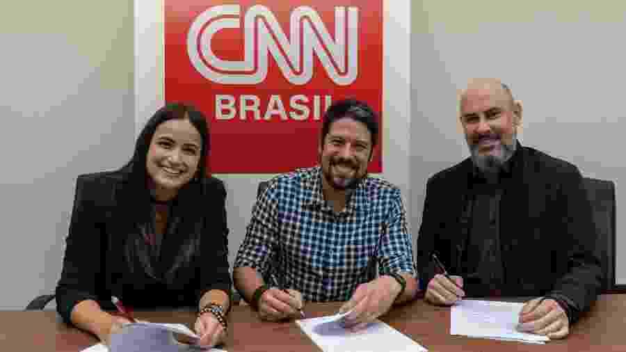 Mari Palma e Phelipe Siani com Douglas Tavolaro ao acertarem a ida para a CNN Brasil  - Divulgação/ CNN Brasil