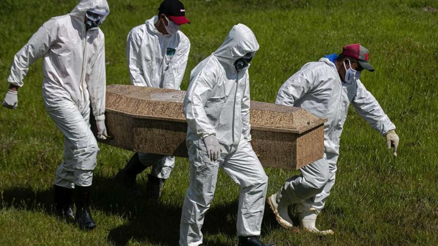O Brasil está atrás apenas dos EUA em número total de mortes por covid-19                              - TARSO SARRAF/AFP