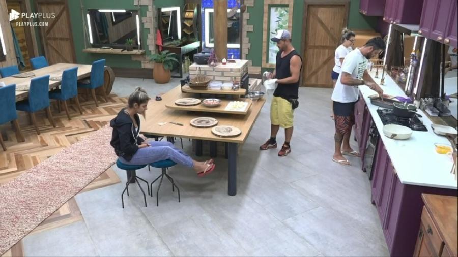 Peões em conversa na cozinha do reality A Fazenda 11 (Foto: Reprodução/PlayPlus) - Peões em conversa na cozinha do reality A Fazenda 11 (Foto: Reprodução/PlayPlus)