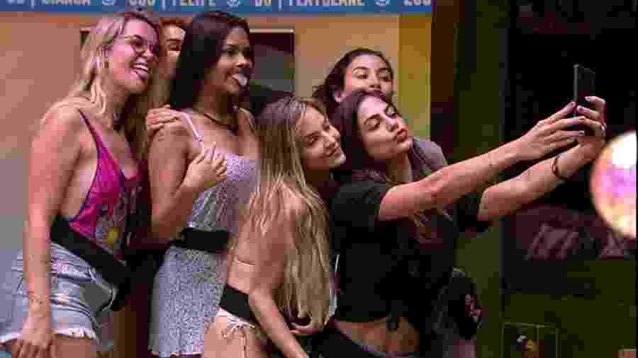 Participantes do BBB 20 fazem selfie (Reprodução/TVGlobo) - Reprodução / Internet