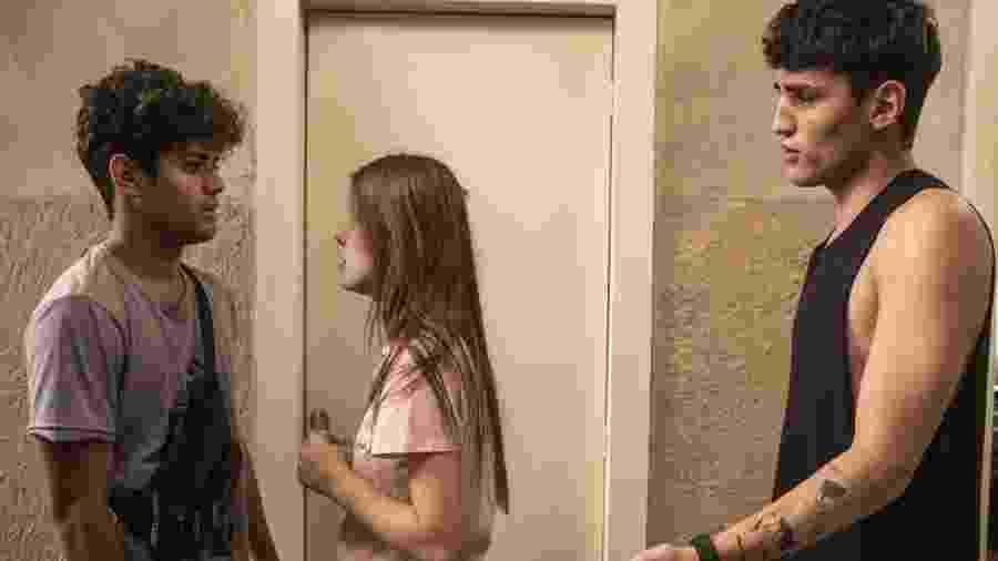 Cléber (Gabriel Santana), Anjinha (Caroline Dallarosa) e Tatoo (Caian Zattar) em Malhação (TV Globo/Victor Pollak). - Cléber (Gabriel Santana), Anjinha (Caroline Dallarosa) e Tatoo (Caian Zattar) em Malhação (TV Globo/Victor Pollak).
