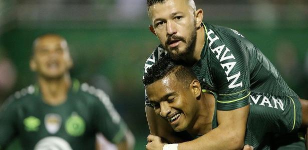 """Reinaldo comemora bom momento na Chapecoense: """"A estrutura do clube é boa"""""""