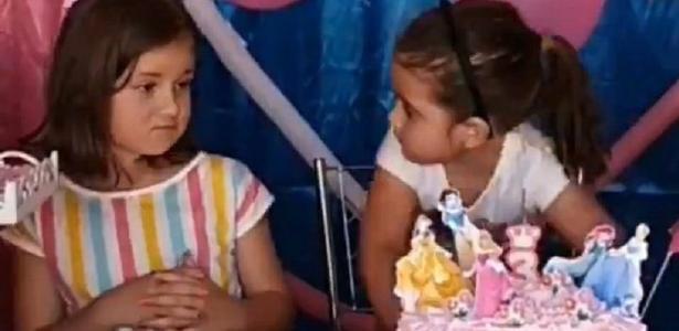 Um ano após a briga, irmã até tenta, mas deixa Maria Eduarda apagar a vela