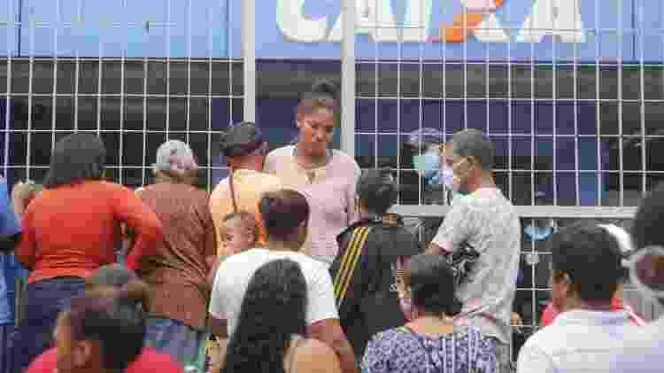 Fila na Caixa Econômica do bairro da Encruzilhada, no primeiro dia para saque do auxílio emergencia - Yacy Ribeiro/ JC Imagem                             - Yacy Ribeiro/ JC Imagem