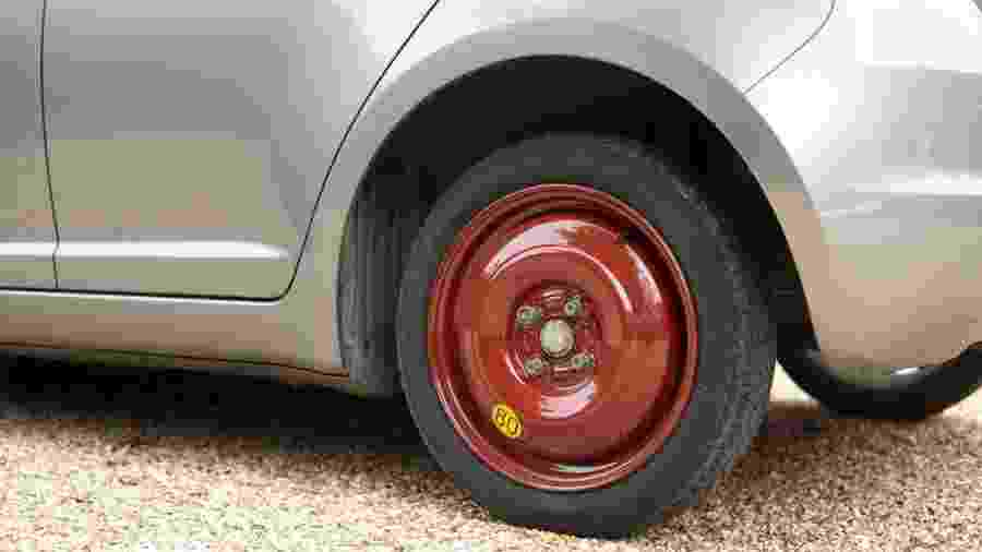 Carro com o pneu sobressalente, o estepe de emergência  - Foto: Shutterstock