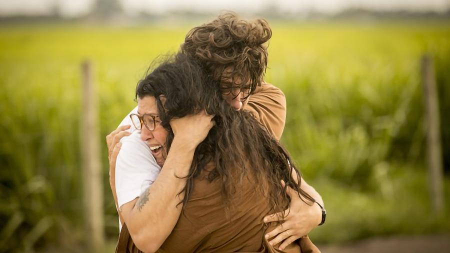 Lurdes (Regina Casé) e Domênico (Chay Suede) em Amor de Mãe (Globo / João Cotta) - Reprodução / Internet