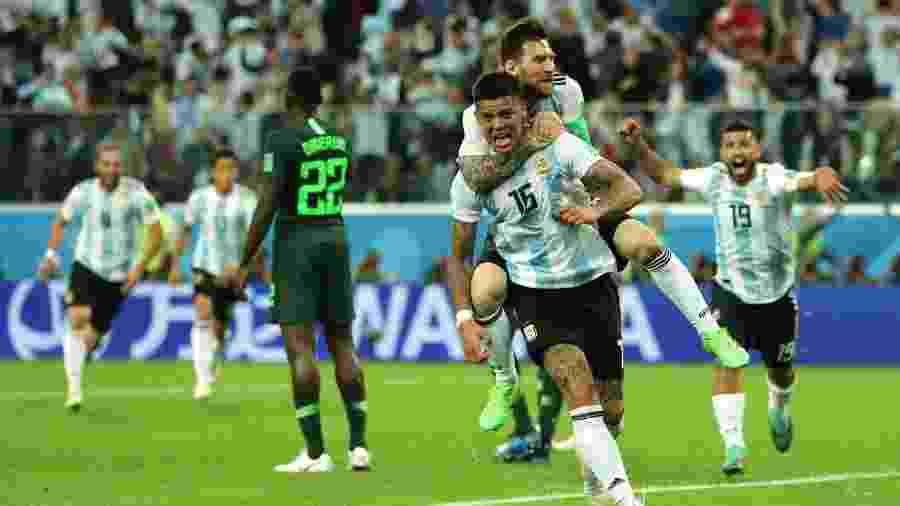 Marcos Rojo comemora, agarrado por Messi: vibração na Copa 2018 (Foto: Getty Images) -