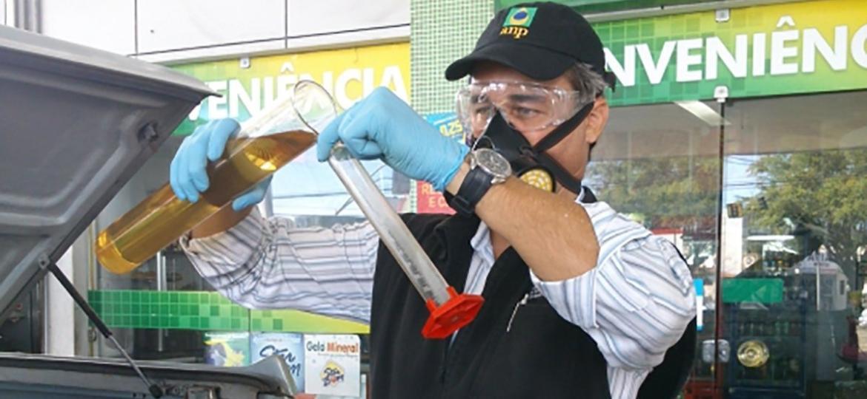 Fiscal da ANP faz teste do teor de etanol anidro na gasolina; com nova especificação, cliente deve exigir também o teste de densidade do combustível - Foto: Shutterstock