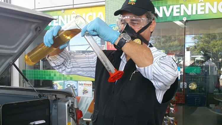 O inspetor da ANP testa o teor de etanol anidro na gasolina; Com a nova especificação, o cliente também deve solicitar o teste de densidade de combustível - Foto: Shutterstock - Foto: Shutterstock