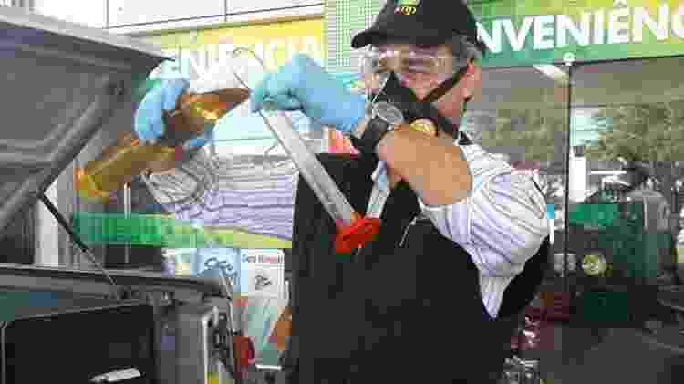 Fiscal da ANP faz teste do teor de etanol anidro na gasolina; com nova especificação, cliente deve exigir também o teste de densidade do combustível - Foto: Shutterstock - Foto: Shutterstock