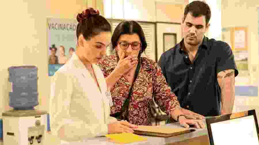 Betina (Isis Valverde) ajuda Lurdes (Regina Casé) e Magno (Juliano Cazarré) em Amor de Mãe (TV Globo/Victor Pollak). - TV Globo/Victor Pollak