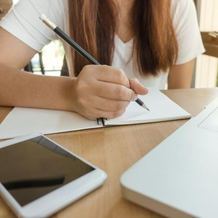 Pesquisa mostra que 67% dos alunos têm dificuldade para organizar estudos online durante pandemia - Tirachard Kumtanom/Pexels