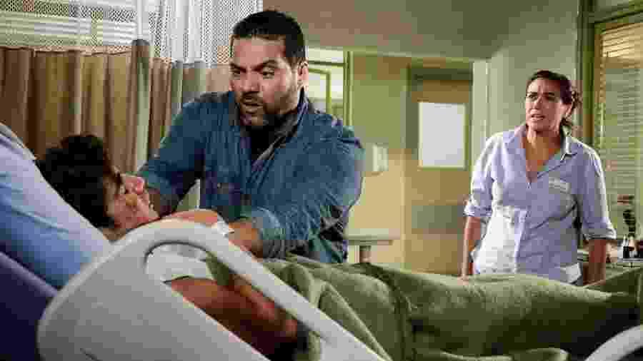 Griselda (Lilia Cabral) vê Antenor (Caio Castro) sendo enforcado em Fina Estampa (Globo/Raphael Dias). - Reprodução / Internet