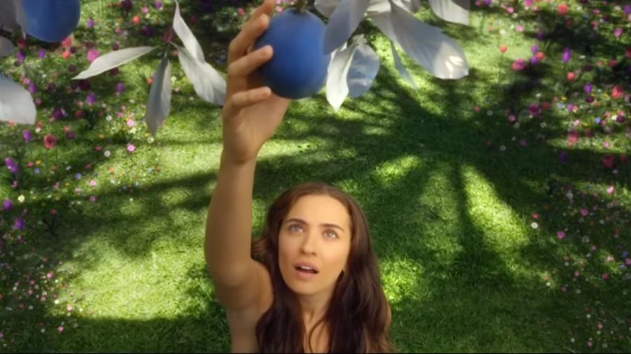 """Eva (Juliana Boller) come o fruto proibido no primeiro capítulo de """"Gênesis"""", na Record TV - Reprodução / Internet"""