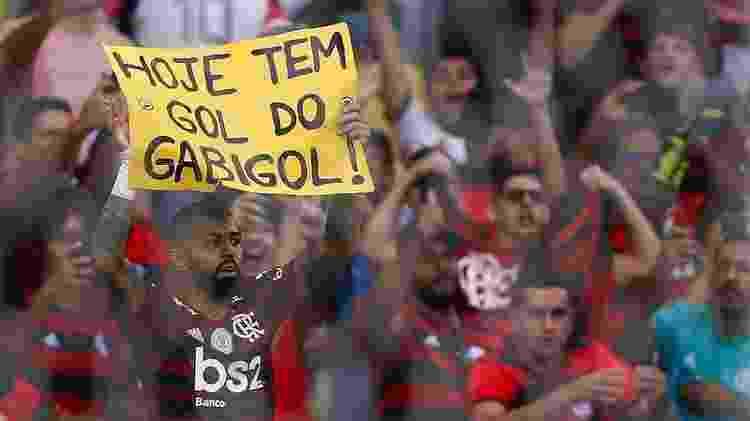 Gabigol festeja com placa em sua homenagem - Getty Images