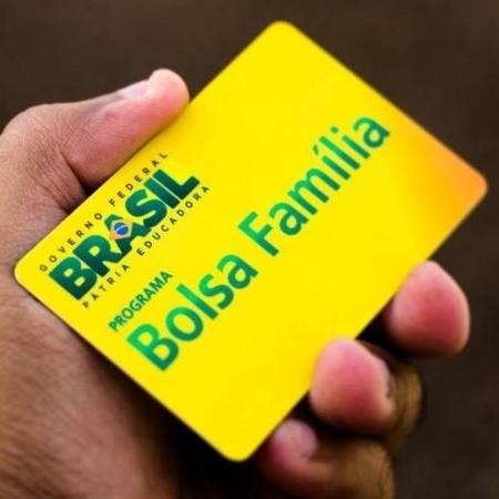 Beneficiária mostra cartão do Bolsa Família - Divulgação