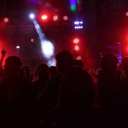 Na Inglaterra, pessoas disseram não conhecer o coronavírus após uma festa ser interrompida pela polícia - Wikimedia Commons