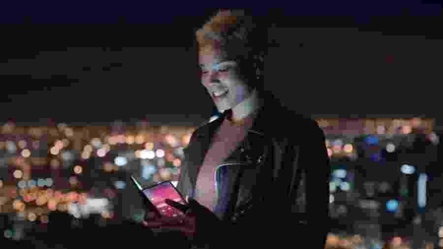 Vem aí o smartphone dobrável? Propaganda da Samsung dá a entender que sim - Reprodução/Samsung