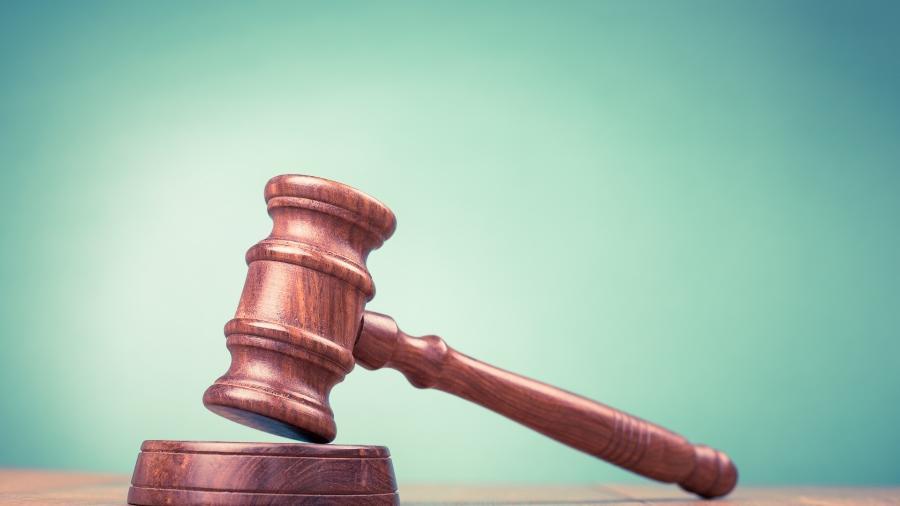 TJ condenou estado de São Paulo a pagar R$ 100 mil para a jovem e seus pais não-biológicos - Martelo de juiz