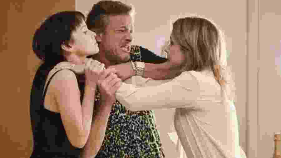 """Nina (Débora Falabella), Max (Marcello Novaes) e Carminha (Adriana Esteves) em cena de """"Avenida Brasil"""" - Reprodução / Internet"""