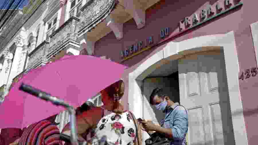 Trabalhadores formais, desempregados, na Agência do Trabalho da rua da Aurora, Centro do Recife, em busca do seguro desemprego                              -                                 LEO MOTTA/JC IMAGEM