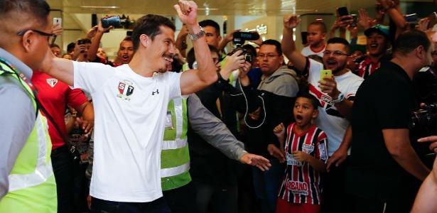 Hernanes foi recebido pela torcida no Aeroporto de Guarulhos
