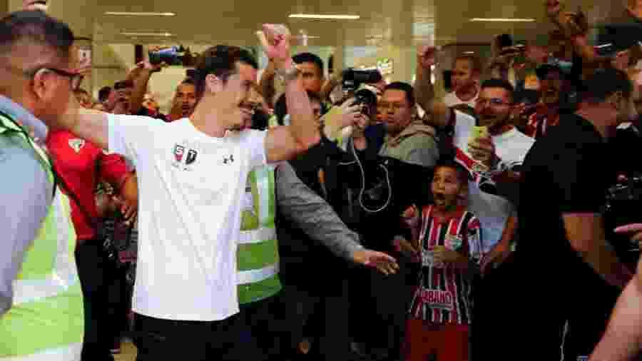 Hernanes foi recebido pela torcida no Aeroporto de Guarulhos - Marcelo D. Sants/Framephoto/Estadão Conteúdo
