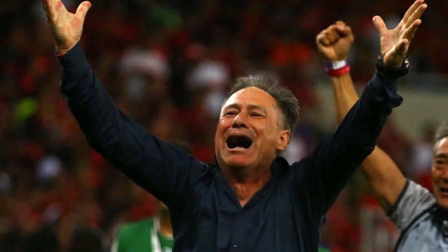 """Ariel Holan comemorando a conquista da Sul-Americana no Maracanã: técnico é visto como """"gênio"""" na Argentina - Pilar Olivares/Reuters"""