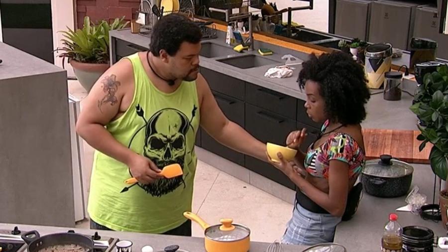 """O ator Babu Santana e a médica Thelma Assis, únicos negros entre os 20 participantes do """"BBB 20"""" - Reprodução / Internet"""