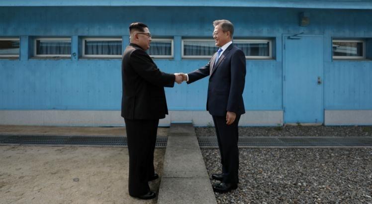 "Durante o encontro, Kim Jong Un e o presidente sul-coreano, Moon Jae-in, concordaram em buscar a ""desnuclearização total"" da península."