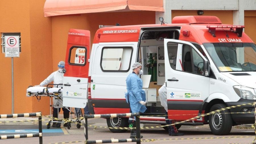 Ambulância leva paciente em Curitiba (PR) -  Equipe do Samu que atende pacientes em Curitiba. Foto: Lineu Filho/Tribuna do Paraná.