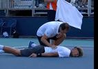 Em cena impactante, espanhol de 18 anos cai no chão por conta de câibras e sai de quadra chorando - (Sem crédito)