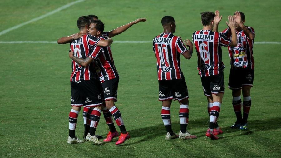 Santa Cruz em campo: time estará na Série C, que terá transmissão da Band                     - BRENDA ALCâNTARA/JC IMAGEM