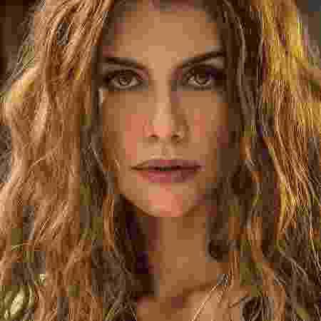 Alinne Moraes - Alinne moraes surge completamente pelada e é reverenciada (Foto: reprodução)