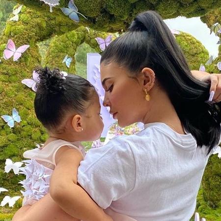"""Kylie Jenner revela detalhes do parto da filha, Stormi: """"Foi uma ..."""