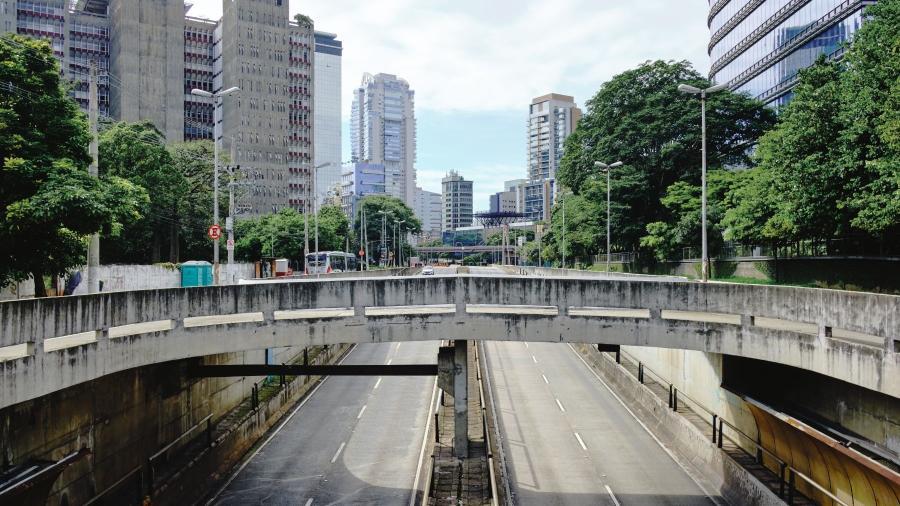 Toque de recolher deixa ruas e avenidas de capitais vazias durante o amanhecer - Shutterstock