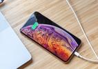 Ação coletiva acusa a Apple de mentir nos tamanhos de tela dos iPhones OLED (Foto: iPhone XS Max sendo recarregado)