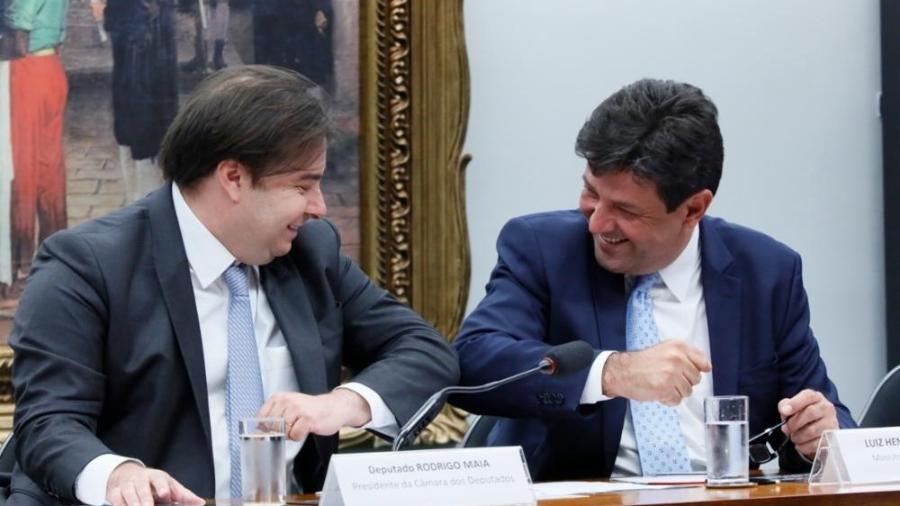 Rodrigo Maia e Luiz Henrique Mandetta se cumprimentam em comissão-geral que debate ações de prevenção e consequências do coronavírus no Brasil. -  Luis Macedo/Câmara dos Deputados