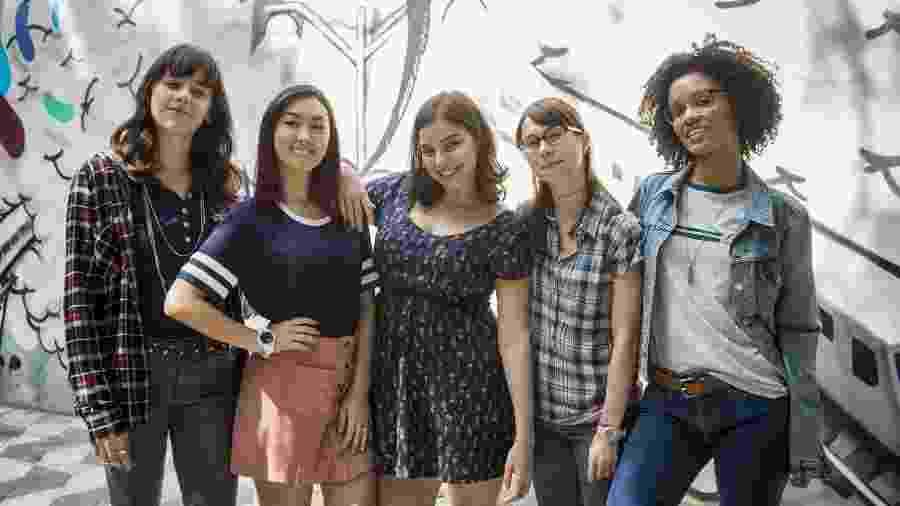 As Five: Lica ( Manoela Aliperti ), Tina ( Ana Hikari ), Keyla ( Gabriela Medvedovski ), BenÊ ( Daphne Bozaski ) e Ellen ( Heslaine Vieira) (Foto: Divulgação/TV Globo) - Reprodução / Internet
