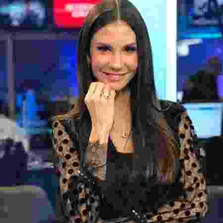 Amanda Klein - Amanda Klein completa sete anos na bancada do RedeTV News (Reprodução: RedeTV!)