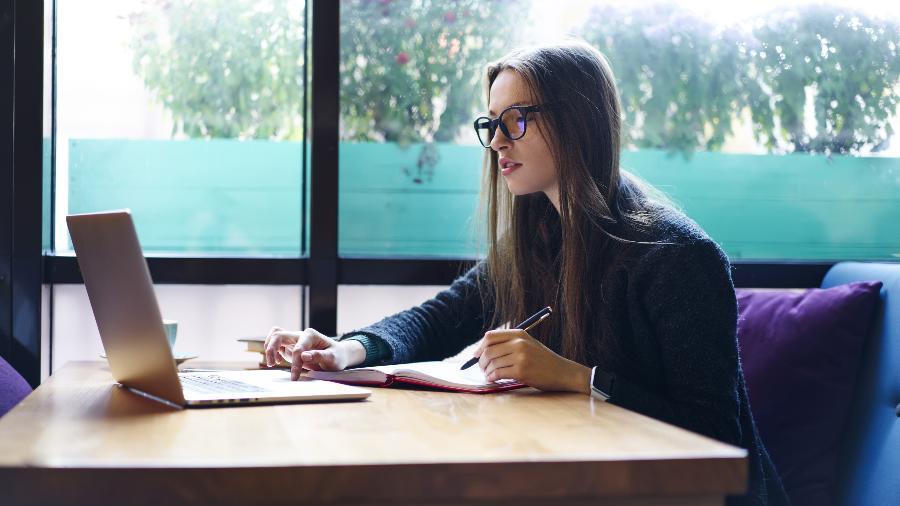 Trabalho remoto, implementado por conta da pandemia, abre discussão sobre qual o melhor modelo para os escritórios corporativos - Adobe Stock