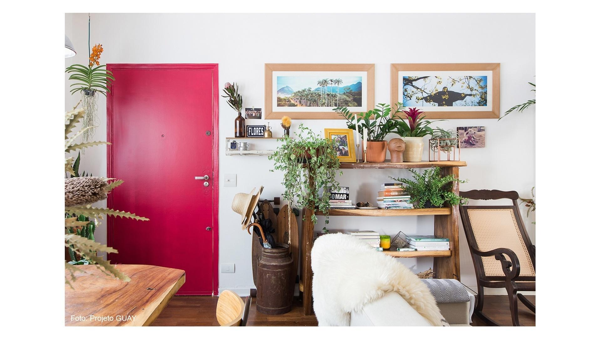 Sala do apartamento da artista floral Ana Attab, publicada pelo blog Histórias de Casa. Crédito: Isadora Fabian