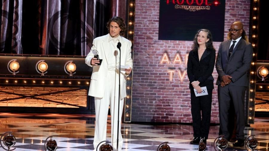 """Ator Aaron Tveit recebe prêmio de Melhor Performance de Ator em Musical por """"Moulin Rouge! O Musical"""" - Theo Wargo/Getty Images for Tony Awards Productions"""