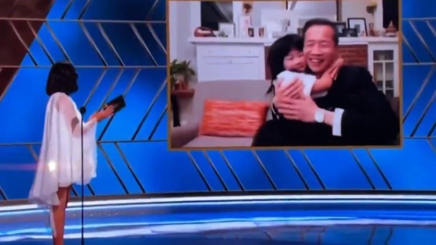 Diretor Lee Isaac Chung foi abraçado e beijado por filha ao receber o prêmio de Melhor Filme em Língua Estrangeira - Reprodução/Twitter