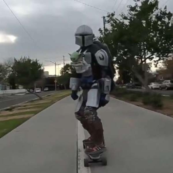 Um mandaloriano e um Baby Yoda andando de skate, quer coisa melhor?