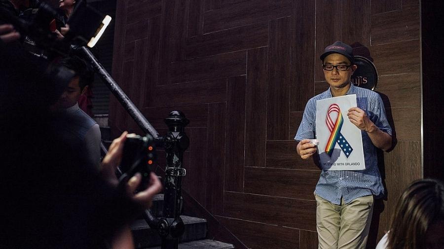 O cantor, compositor e produtor de Hong Kong, Anthony Wong, participa de uma vigília à luz de velas pelas vítimas de um tiroteio em uma boate gay em Orlando, Flórida, em 13 de junho de 2016 - Anthony Kwan/Getty Images