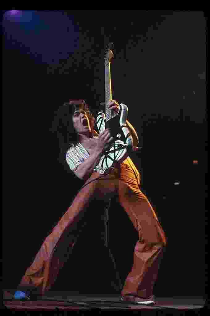 O guitarrista Eddie Van Halen, da banda Van Halen, que morreu hoje aos 65 anos. - Lynn Goldsmith/Corbis/VCG via Getty Images