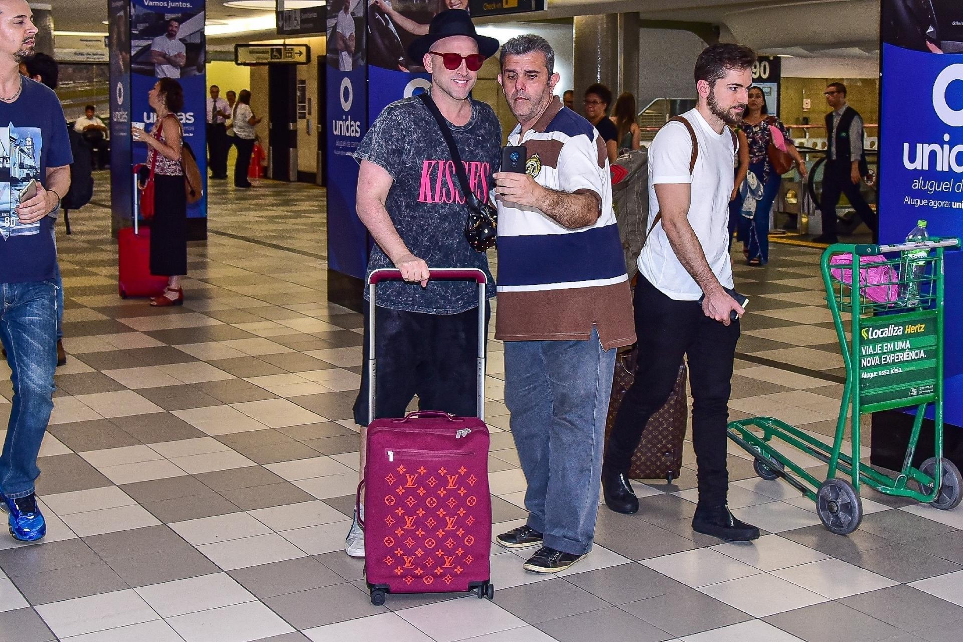 Paulo Gustavo scatta una foto con un fan all'aeroporto - AG NEWS