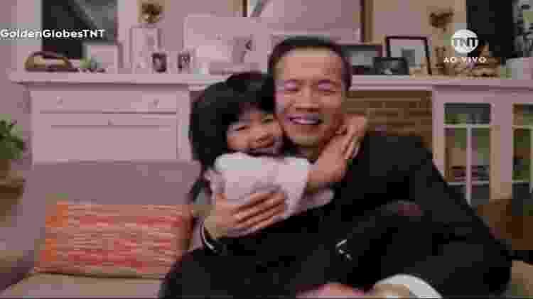 Lee Isaac Chung comemorou o prêmio com a filha de sete anos - Reprodução/TNT - Reprodução/TNT